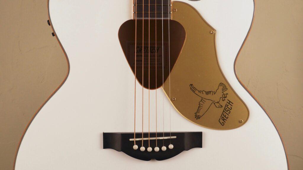 Gretsch G5022CWFE Rancher Falcon Jumbo Cutaway White 2714024505 Made in Indonesia con custodia Fender in omaggio